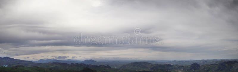 Πανόραμα ενός θλιβερού ουρανού με τα σύννεφα θύελλας στοκ εικόνα με δικαίωμα ελεύθερης χρήσης