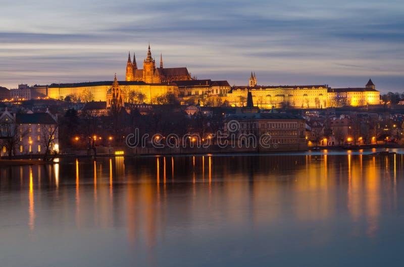 Πανόραμα ηλιοβασιλέματος Κάστρων της Πράγας, Δημοκρατία της Τσεχίας στοκ εικόνα