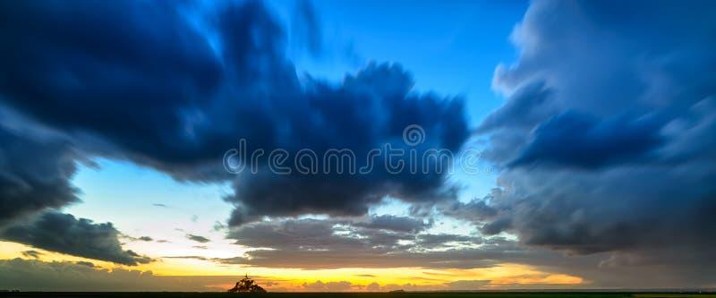 Πανόραμα ηλιοβασιλέματος ορόσημων μοναστηριών και κόλπων του Saint-Michel Mont. Νορμανδία, Γαλλία στοκ εικόνες
