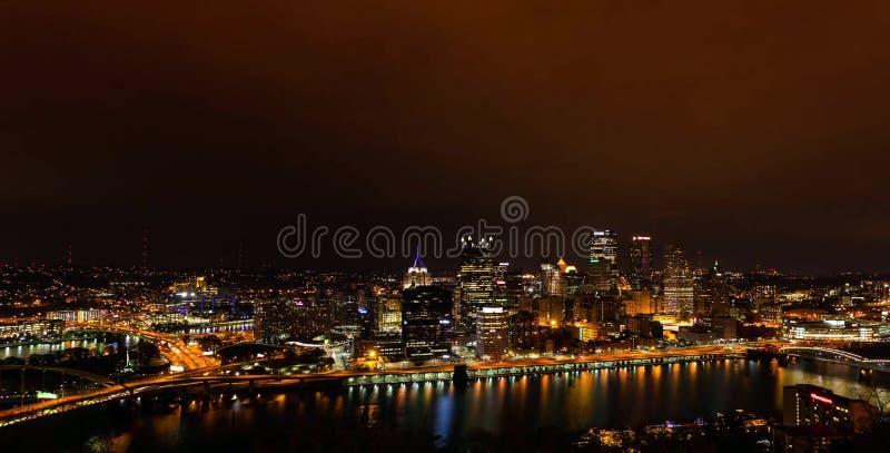 Πανόραμα θερινού βραδιού του στο κέντρο της πόλης Πίτσμπουργκ, Πενσυλβανία στοκ εικόνες