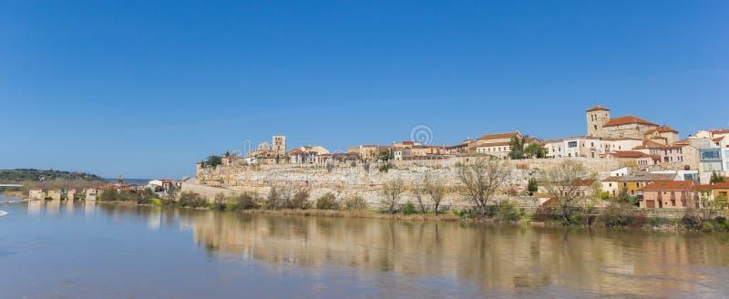 Πανόραμα ιστορικό Zamora και του Duero ποταμού στοκ φωτογραφίες