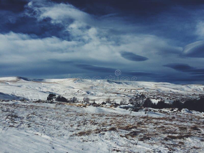 Πανόραμα και μπλε ουρανός βουνών χιονιού στοκ φωτογραφία με δικαίωμα ελεύθερης χρήσης