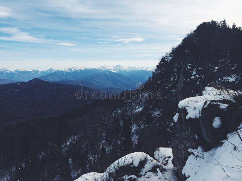 Πανόραμα και μπλε ουρανός βουνών χιονιού στοκ φωτογραφίες με δικαίωμα ελεύθερης χρήσης