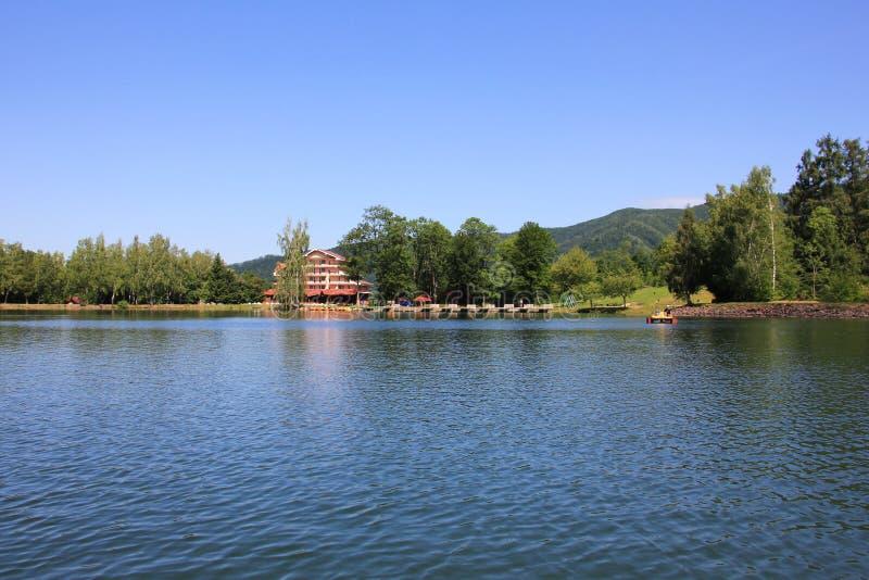 Πανόραμα με τη λίμνη και το ξενοδοχείο στοκ φωτογραφία με δικαίωμα ελεύθερης χρήσης