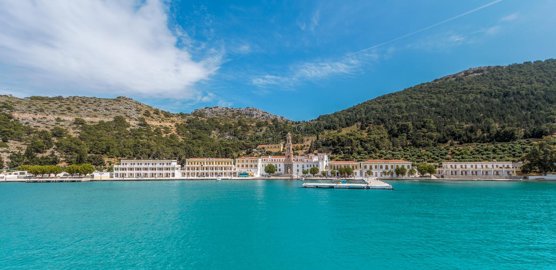 Πανόραμα μοναστηριών και κόλπων Panormitis, νησί της Simi, Ελλάδα στοκ φωτογραφία με δικαίωμα ελεύθερης χρήσης