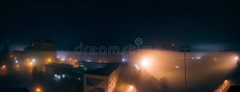 Πανόραμα νύχτας ομίχλης με το μέρος του φωτεινού σηματοδότη, γήπεδο ποδοσφαίρου στοκ φωτογραφία