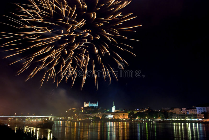 πανόραμα νύχτας πυροτεχνημάτων της Βρατισλάβα στοκ φωτογραφία με δικαίωμα ελεύθερης χρήσης