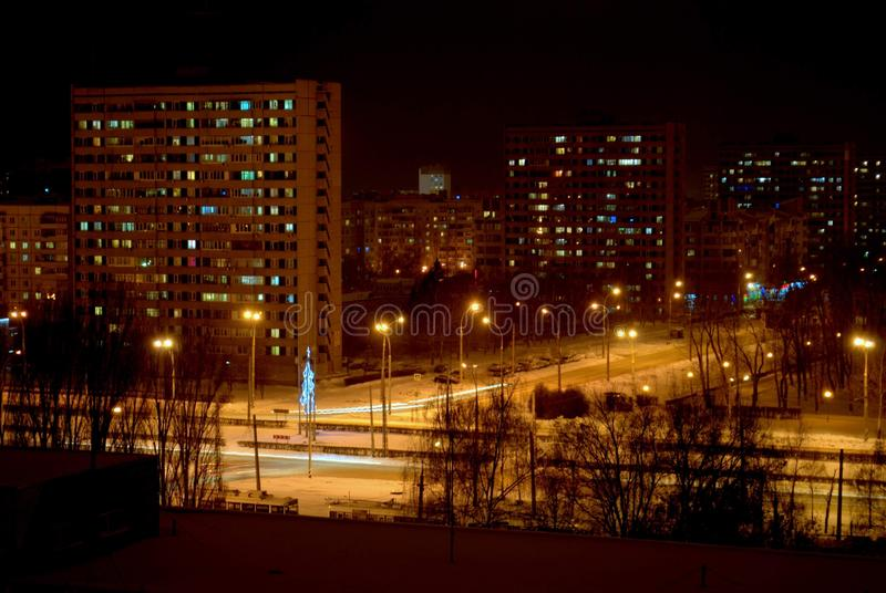 Πανόραμα νύχτας της πόλης Togliatti που αγνοεί τη διατομή της λεωφόρου Primorsky και της λεωφόρου Stepan Razin στοκ εικόνες