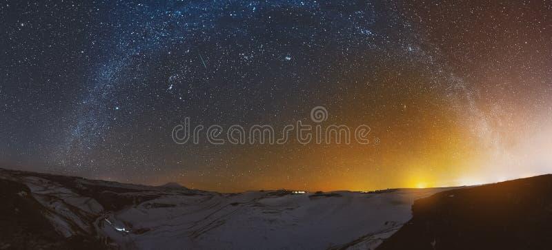 Πανόραμα νύχτας του ηλιοβασιλέματος με το γαλακτώδη τρόπο στον Καύκασο το χειμώνα στοκ φωτογραφία με δικαίωμα ελεύθερης χρήσης