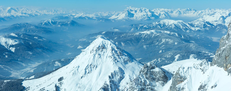Πανόραμα ορεινών όγκων βουνών χειμερινού Dachstein. στοκ φωτογραφία με δικαίωμα ελεύθερης χρήσης