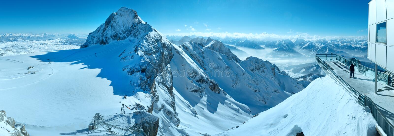Πανόραμα ορεινών όγκων βουνών χειμερινού Dachstein. στοκ εικόνα