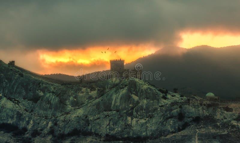 Πανόραμα, οριζόντια μυστηριώδης άποψη καψίματος του της Κριμαίας πνεύματος βουνών στοκ φωτογραφίες με δικαίωμα ελεύθερης χρήσης