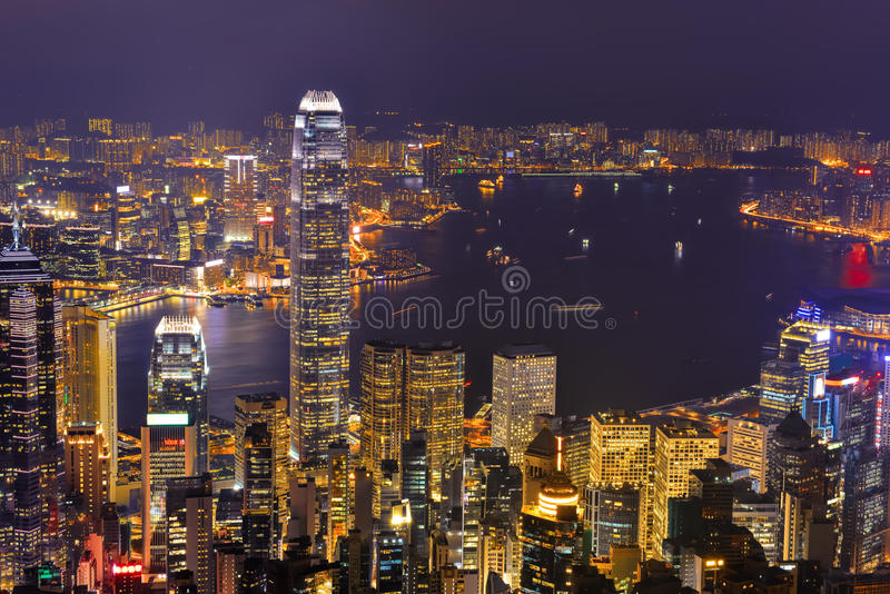 Πανόραμα οριζόντων πόλεων Χονγκ Κονγκ τη νύχτα με το λιμάνι Βικτώριας στοκ φωτογραφία με δικαίωμα ελεύθερης χρήσης