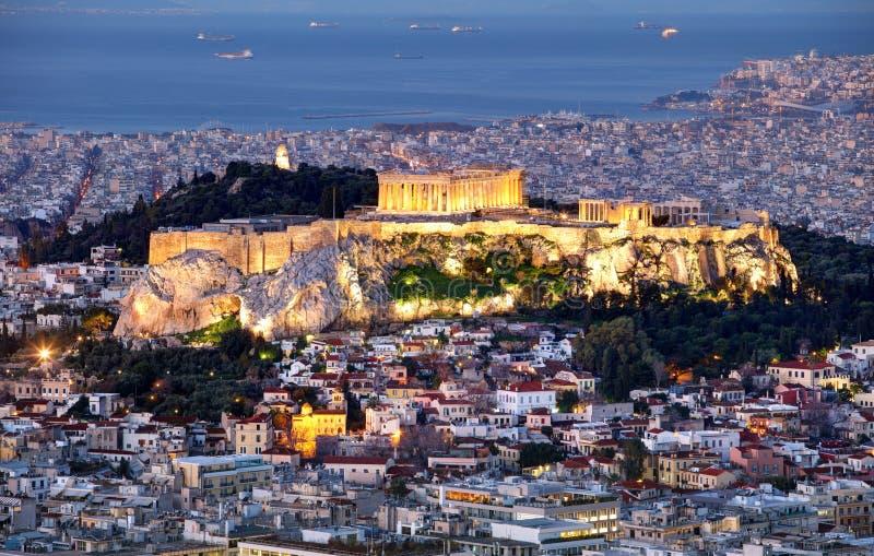 Πανόραμα οριζόντων της Αθήνας με την ακρόπολη στην Ελλάδα από μέγιστο Lycabettus τη νύχτα στοκ εικόνα