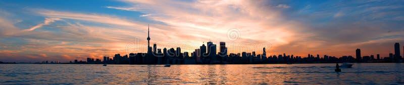 Πανόραμα οριζόντων του Τορόντου στο ηλιοβασίλεμα στοκ εικόνα