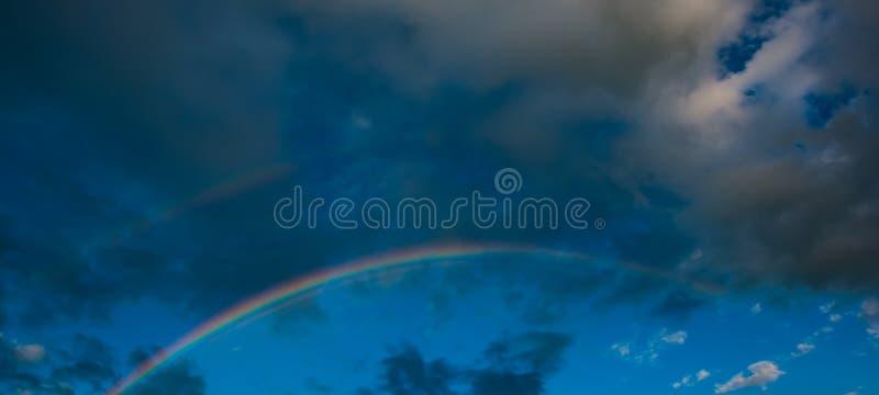 Πανόραμα, ουράνιο τόξο το βράδυ στα πλαίσια της βροχής στοκ εικόνα