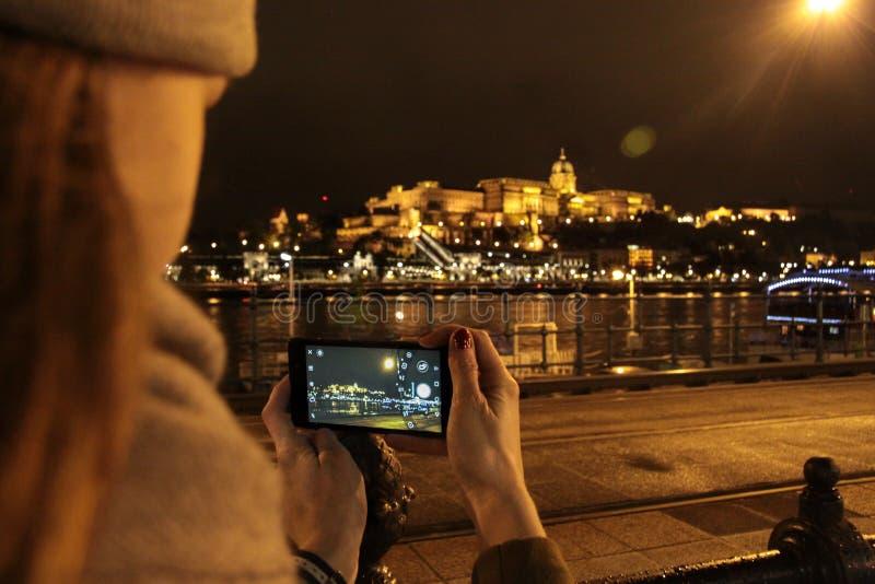 πανόραμα παλατιών νύχτας Δούναβη αλυσίδων της Βουδαπέστης γεφυρών βασιλικό στοκ εικόνες