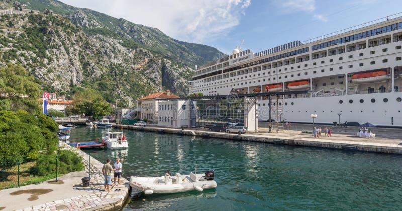 Πανόραμα που αγνοεί την αποβάθρα στην οποία υπάρχει ένα κρουαζιερόπλοιο πολυ-γεφυρών με τους τουρίστες στοκ φωτογραφία με δικαίωμα ελεύθερης χρήσης