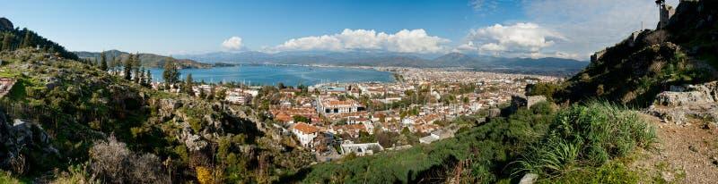 Πανόραμα που αγνοεί την πόλη και τη φωτεινή μπλε θάλασσα στοκ εικόνα