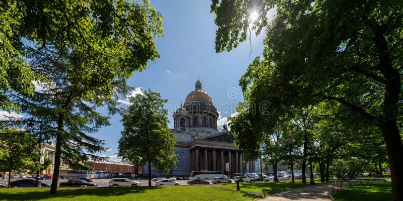 Πανόραμα που αγνοεί τον καθεδρικό ναό του ST Isaac και το τετράγωνο Άποψη από τον κήπο του Αλεξάνδρου μια ηλιόλουστη ημέρα άνοιξη στοκ εικόνες με δικαίωμα ελεύθερης χρήσης