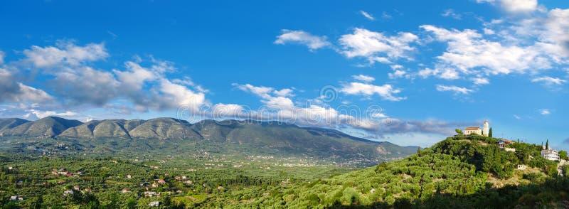 Πανόραμα πράσινου εσωτερικού του νησιού της Ζάκυνθου με το χωριό στην Ελλάδα στοκ εικόνες