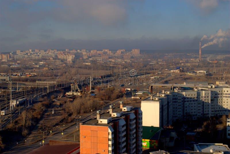 Πανόραμα πρωινού της πόλης που αγνοεί τις διαδρομές σιδηροδρόμου και overpass κάτω από την κατασκευή στοκ φωτογραφίες με δικαίωμα ελεύθερης χρήσης