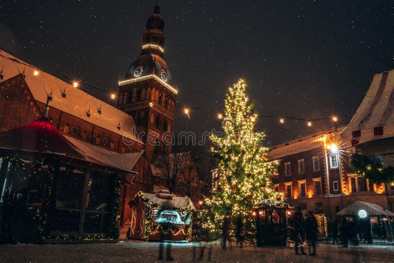 Πανόραμα της αγοράς Χριστουγέννων στο τετράγωνο θόλων με τον καθεδρικό ναό θόλων της Ρήγας στοκ φωτογραφία με δικαίωμα ελεύθερης χρήσης