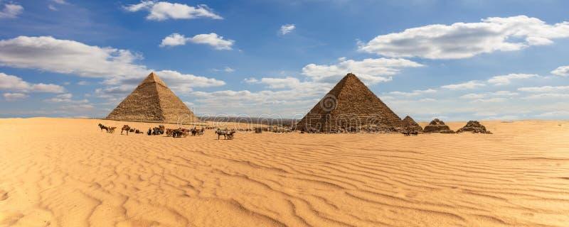 Πανόραμα της Αιγύπτου, άποψη στις πυραμίδες Giza στην έρημο στοκ εικόνες