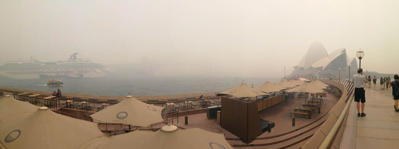 Πανόραμα της αόρατης όπερας του Σίδνεϋ και της γέφυρας του λιμανιού στην ομίχλη του καπνού, από φωτιά σε θάμνους στο NSW, Αυστραλ στοκ φωτογραφία