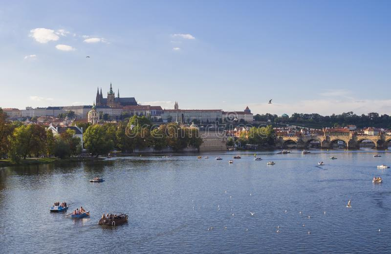 Πανόραμα της γέφυρας του Charles πέρα από τον ποταμό Vltava και τον καθεδρικό ναό Gradchany, Κάστρων της Πράγας και του ST Vitus  στοκ φωτογραφίες με δικαίωμα ελεύθερης χρήσης