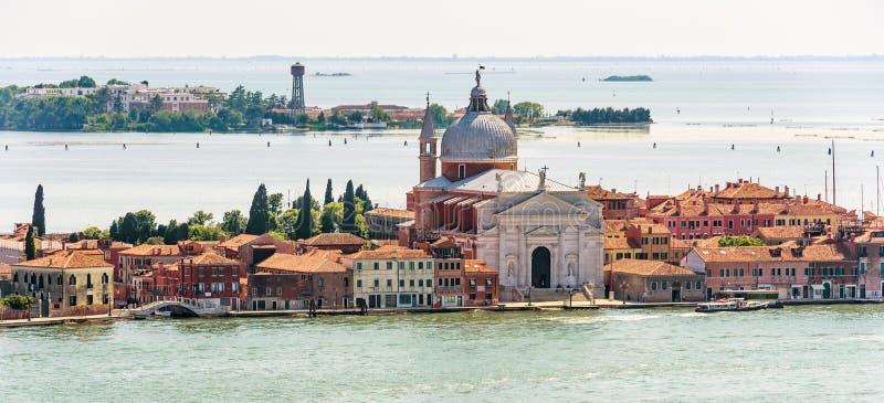 Πανόραμα της θαλάσσιας Βενετίας με τα παλαιές σπίτια και την εκκλησία, Ιταλία στοκ εικόνες