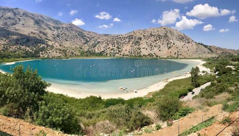 Πανόραμα της λίμνης Kournas στο νησί της Κρήτης, Ελλάδα στοκ εικόνες με δικαίωμα ελεύθερης χρήσης
