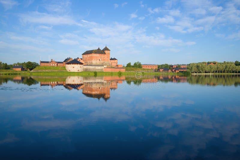 Πανόραμα της λίμνης Vanajavesi που αγνοεί το αρχαίο φρούριο Hameenlinna Φινλανδία στοκ εικόνα