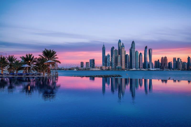 Πανόραμα της μαρίνας του Ντουμπάι στο ηλιοβασίλεμα με μια πισίνα στο μέτωπο στοκ εικόνα με δικαίωμα ελεύθερης χρήσης