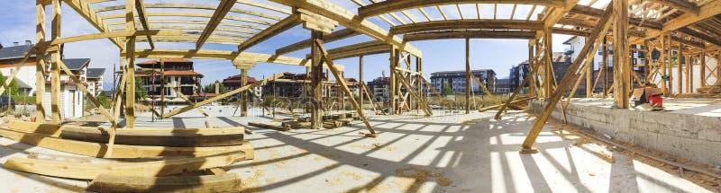 Πανόραμα της νέας πλαισιωμένης κατασκευής ενός σπιτιού στοκ φωτογραφίες