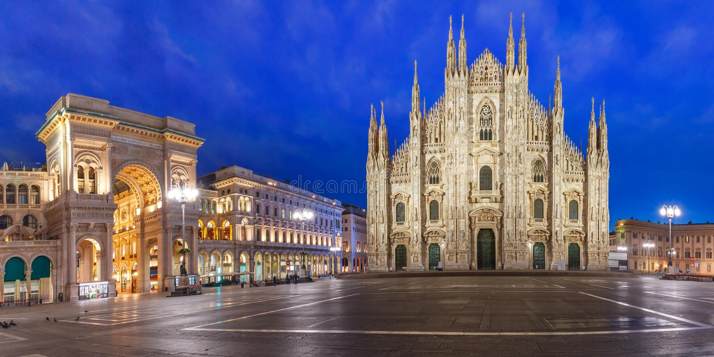 Πανόραμα της νύχτας Piazza del Duomo στο Μιλάνο, Ιταλία στοκ φωτογραφία με δικαίωμα ελεύθερης χρήσης