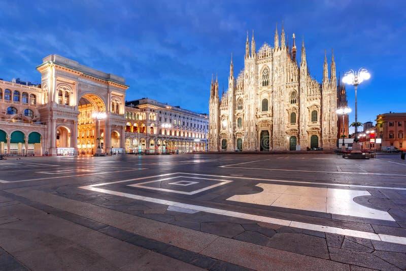 Πανόραμα της νύχτας Piazza del Duomo στο Μιλάνο, Ιταλία στοκ φωτογραφία