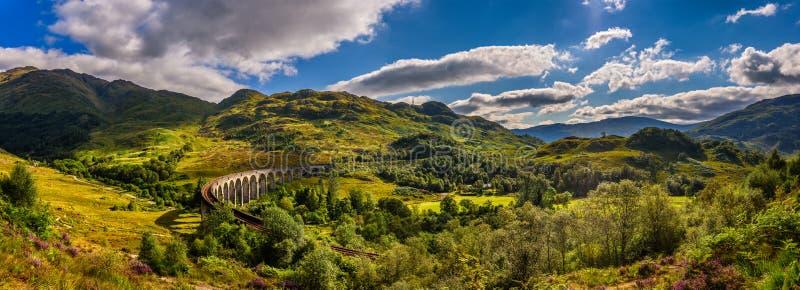 Πανόραμα της οδογέφυρας σιδηροδρόμων Glenfinnan στη Σκωτία στοκ φωτογραφίες με δικαίωμα ελεύθερης χρήσης