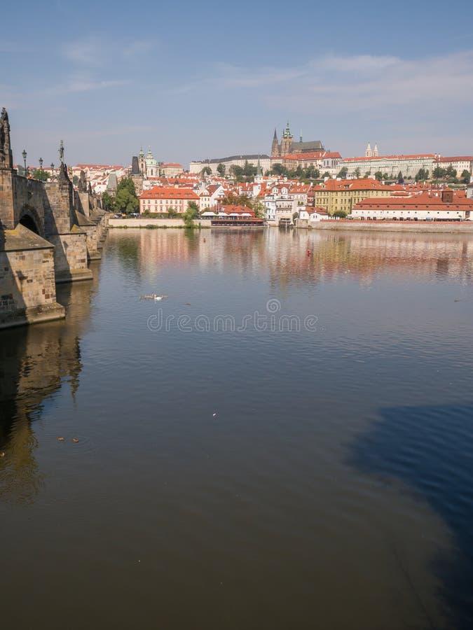 Πανόραμα της Πράγας με ένα μέρος της γέφυρας του Charles και του ποταμού Τσεχικό κεφάλαιο στοκ φωτογραφία με δικαίωμα ελεύθερης χρήσης