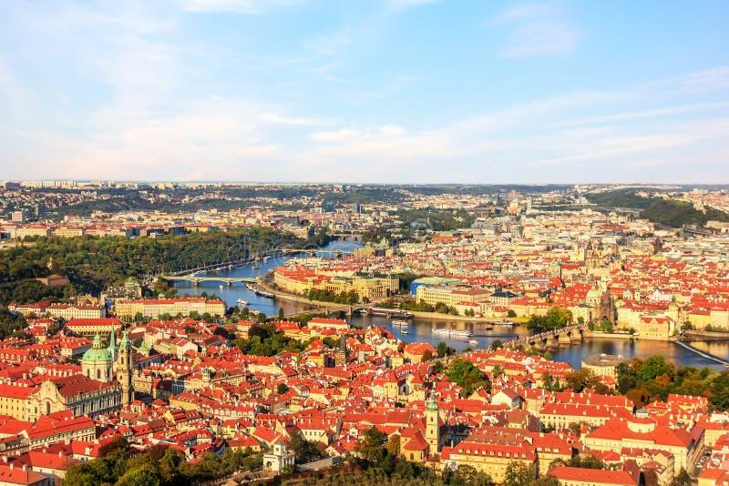 Πανόραμα της Πράγας με τη γέφυρα του Charles πέρα από τον ποταμό Vltava στοκ φωτογραφία με δικαίωμα ελεύθερης χρήσης