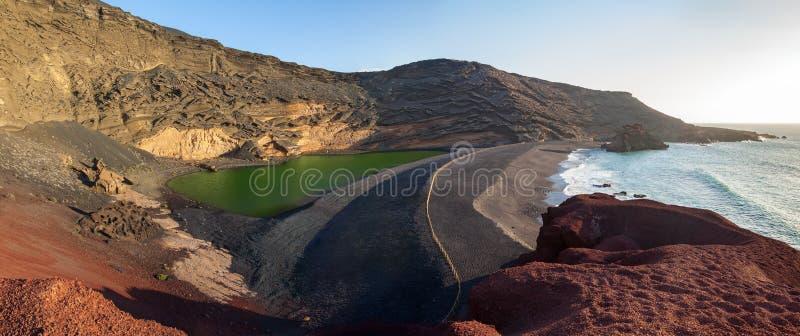 Πανόραμα της πράσινης λιμνοθάλασσας στη EL Golfo, Lanzarote, Κανάρια νησιά στοκ εικόνες