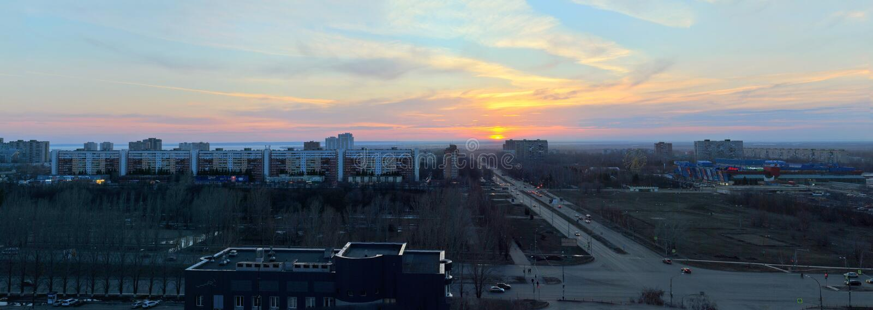 Πανόραμα της πόλης που αγνοεί τη διατομή των οδών Yubileinaya και του Frunze ενάντια στον ουρανό και τα σύννεφα ηλιοβασιλέματος στοκ εικόνες