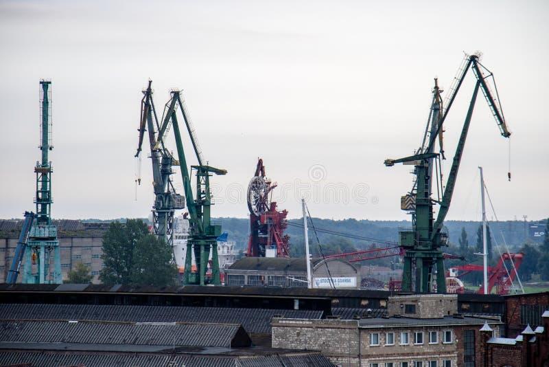 Πανόραμα της πόλης του Γντανσκ Γερανοί λιμένων στο υπόβαθρο του πανοράματος πόλεων στοκ φωτογραφία με δικαίωμα ελεύθερης χρήσης