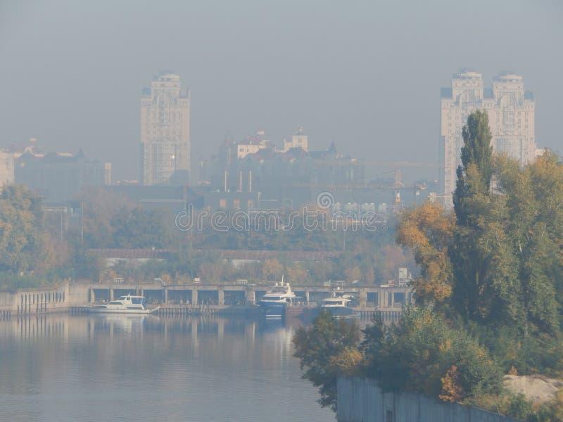 Πανόραμα της πόλης φθινοπώρου σε μια ελαφριά ομίχλη της ομίχλης στοκ φωτογραφία