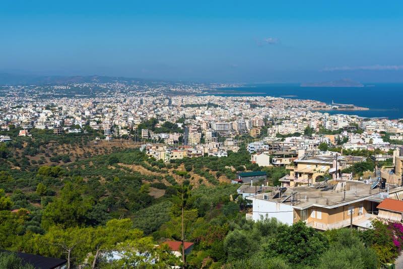Πανόραμα της πόλης άποψης Chania σχετικά με τον παλαιό λιμένα στο νησί της Κρήτης, Ελλάδα στοκ εικόνες