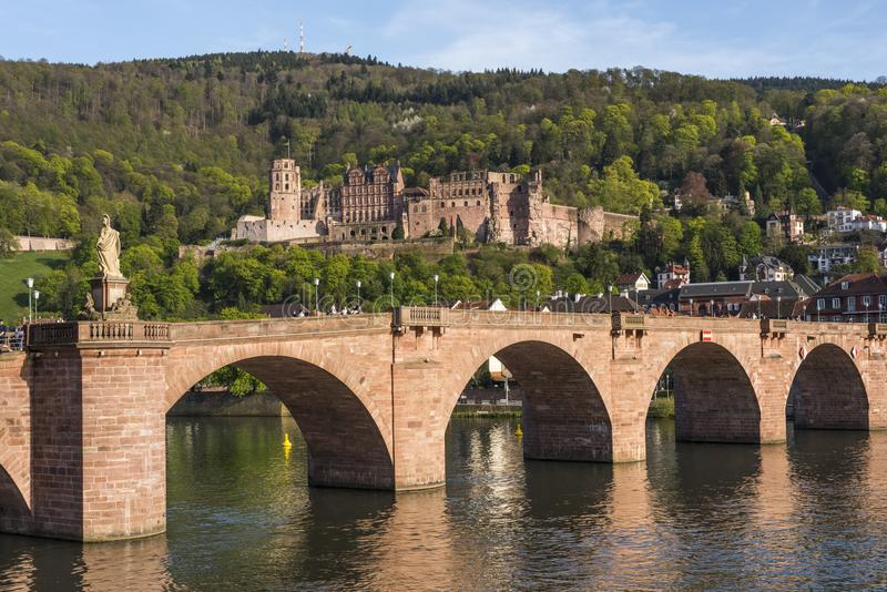 Πανόραμα της ρομαντικής πόλης της Χαϋδελβέργης που τοποθετείται Neckar στον ποταμό - παλαιά γέφυρα με το κάστρο της Χαϋδελβέργης  στοκ φωτογραφίες