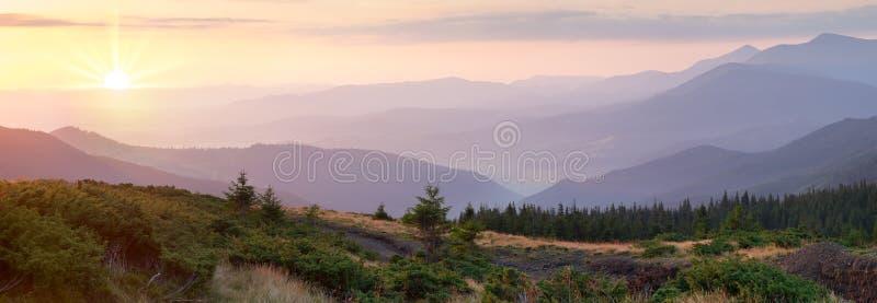 Πανόραμα της σειράς βουνών στον όμορφο χρόνο ανατολής, amazin στοκ εικόνες