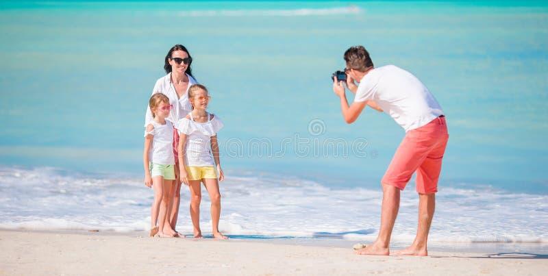 Πανόραμα της τετραμελούς οικογένειας που παίρνει μια φωτογραφία selfie τους στις παραθαλάσσιες διακοπές Διακοπές οικογενειακών πα στοκ φωτογραφία με δικαίωμα ελεύθερης χρήσης