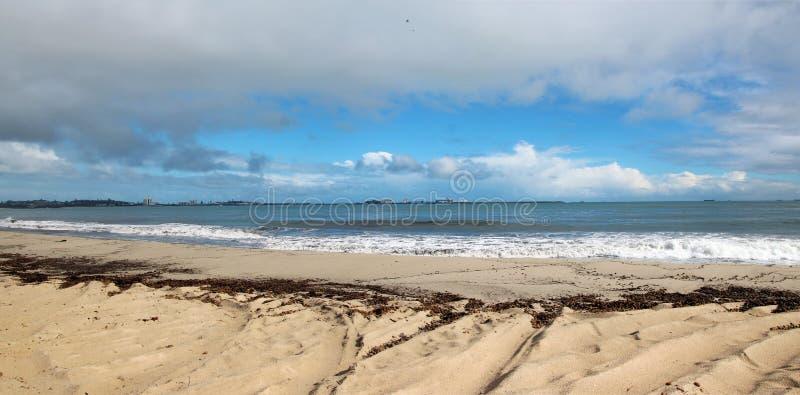 Πανόραμα της ωκεάνιας παραλίας βαθιά νερών στοκ φωτογραφία