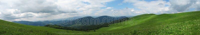 Πανόραμα τομέων και των βουνών των όμορφων ελατηρίων στοκ εικόνες με δικαίωμα ελεύθερης χρήσης